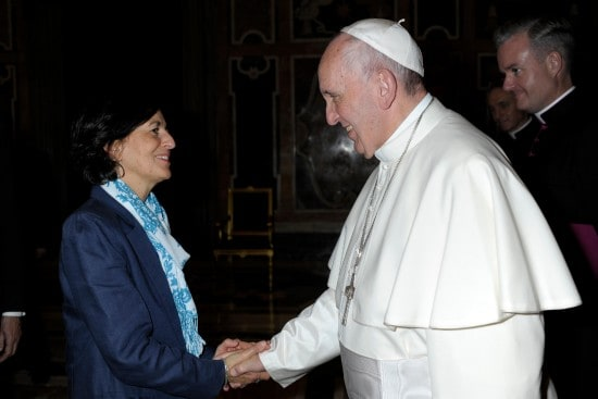 CJI director Jenny Cafiso greets Pope Francis at the JRS audience on 14 November 2015 (photo credit: L'Osservatore Romano)