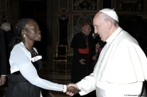 A refugee from C├┤te d'Ivoire greets Pope Francis (photo credit: L'Osservatore Romano)