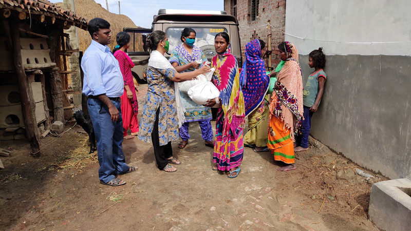 Food distribution to migrant workers in Gaunaha, Bihar, India.
